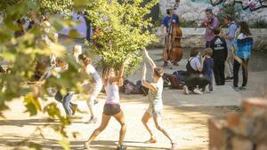 Grupo de 'jazzmen' que se reúnen los domingos en la plaza de la Font d'en Fargas.