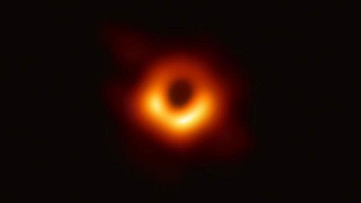 Aquesta és la primera foto d'un forat negre, i així és com s'ha aconseguit