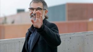 Jordi Cuixart saluda a la prensa tras salir de Lledoners, este jueves.