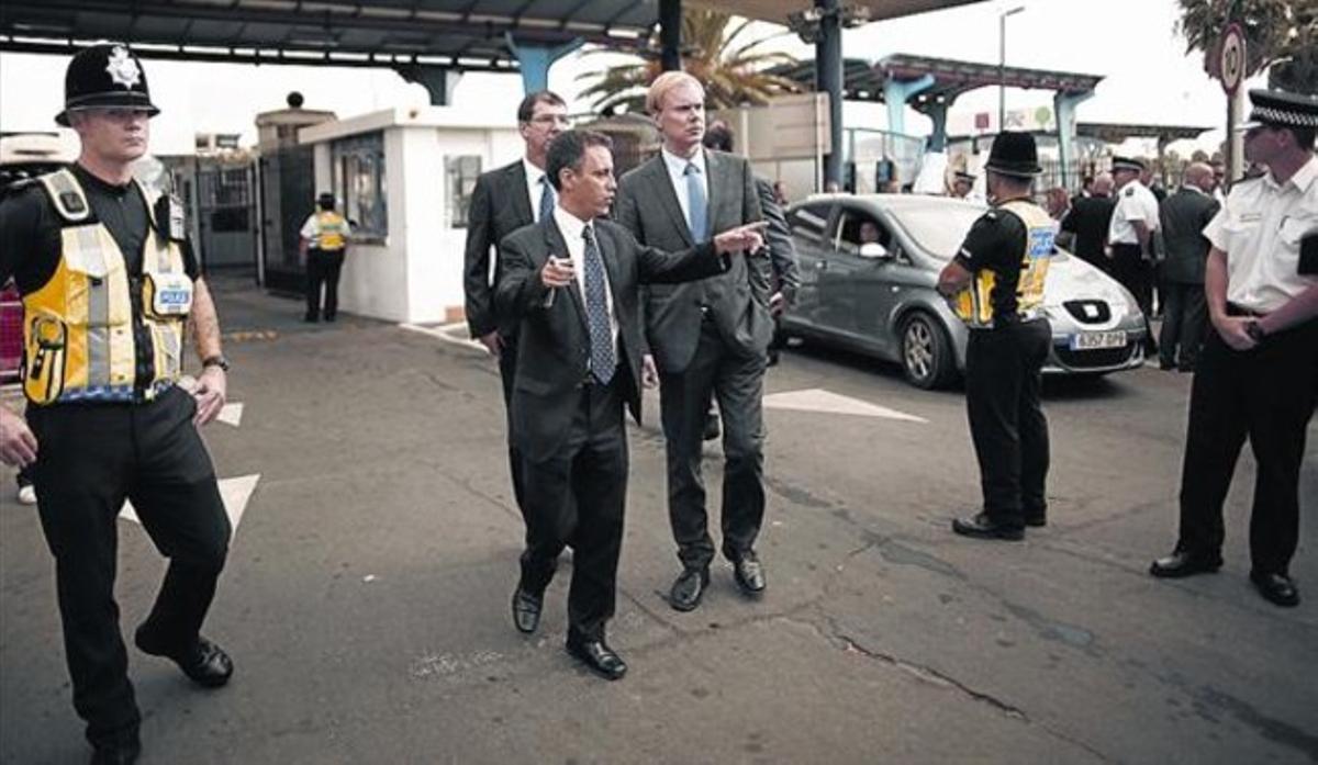 Un miembro del Gobierno de Gibraltar conversa con un delegado de la Comisión Europea en la frontera.