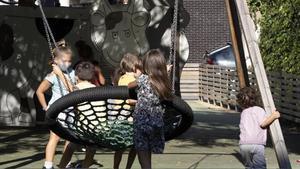 Unos niños juegan en un parque de Barcelona al salir del colegio.