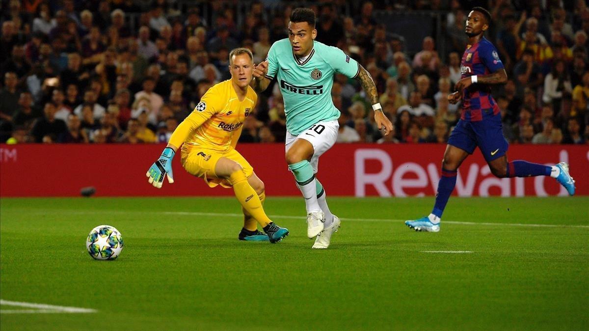 Lautaro esquiva a Ter Stegen antes de marcar el 0-1 del Inter en el Camp Nou el octubre pasado.