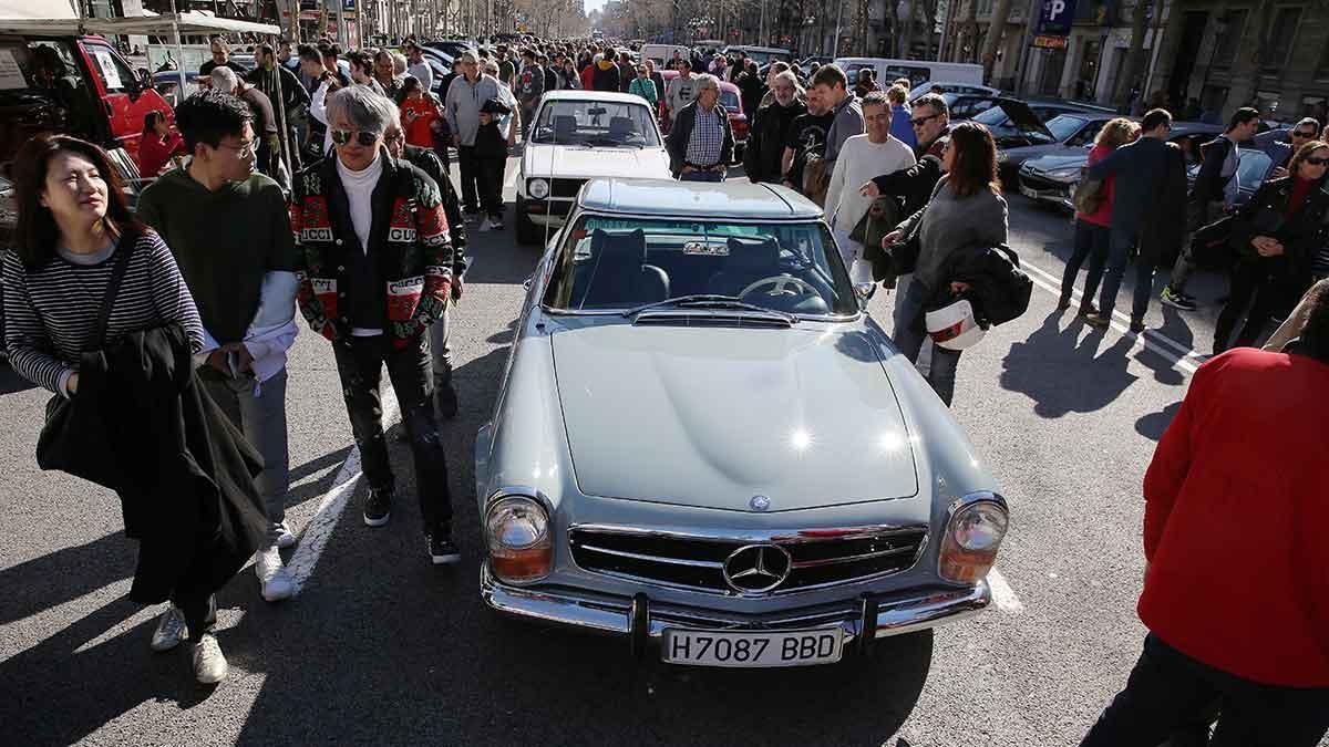 Concentración de coches antiguos contra la ZBE de Barcelona, en el Pº de Gràcia.