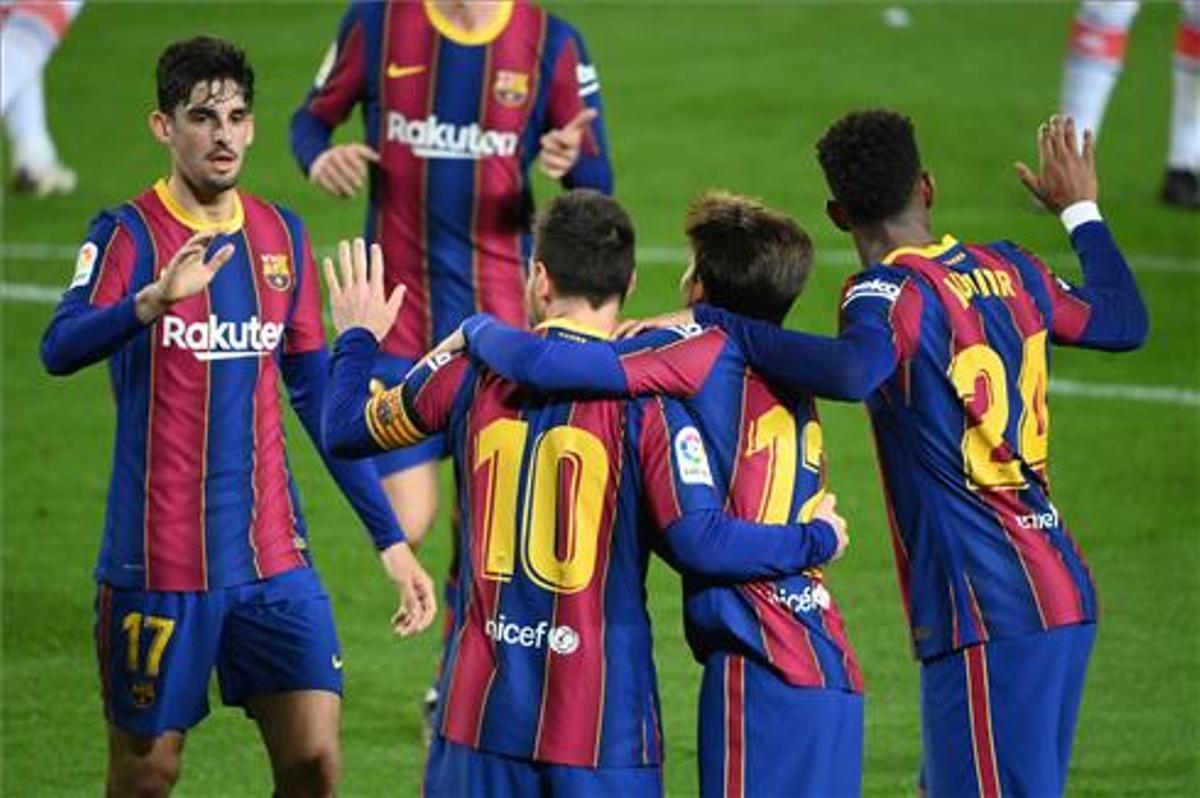 Los jugadores del Barça celebran uno de los goles del partido