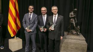 Manel Esteller, JosepBaselga y Joan Massagué, tras recoger el premio de manos del presidente de la Generalitat, Carles Puigdemont.