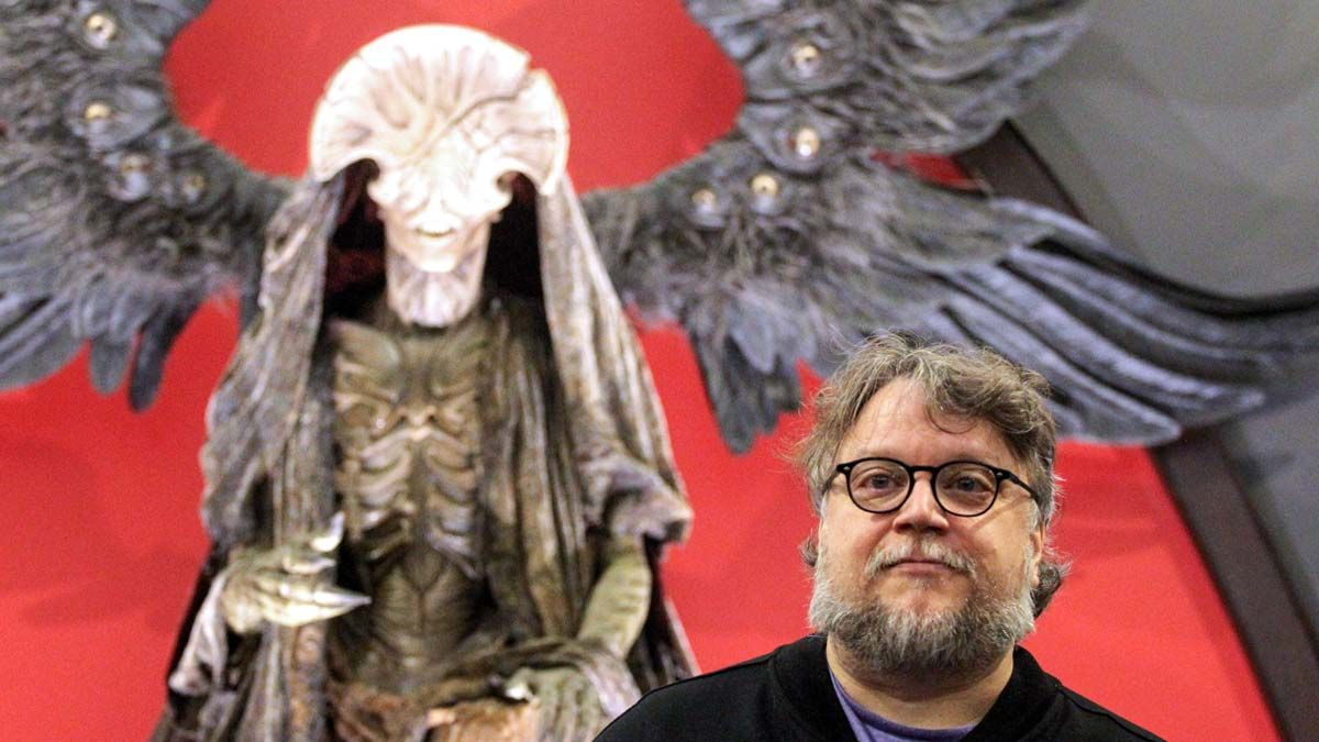 Guillermo del Toro presenta la exposición 'En casa con mis monstruos'. En la foto, el director de cine con una de las figuras.