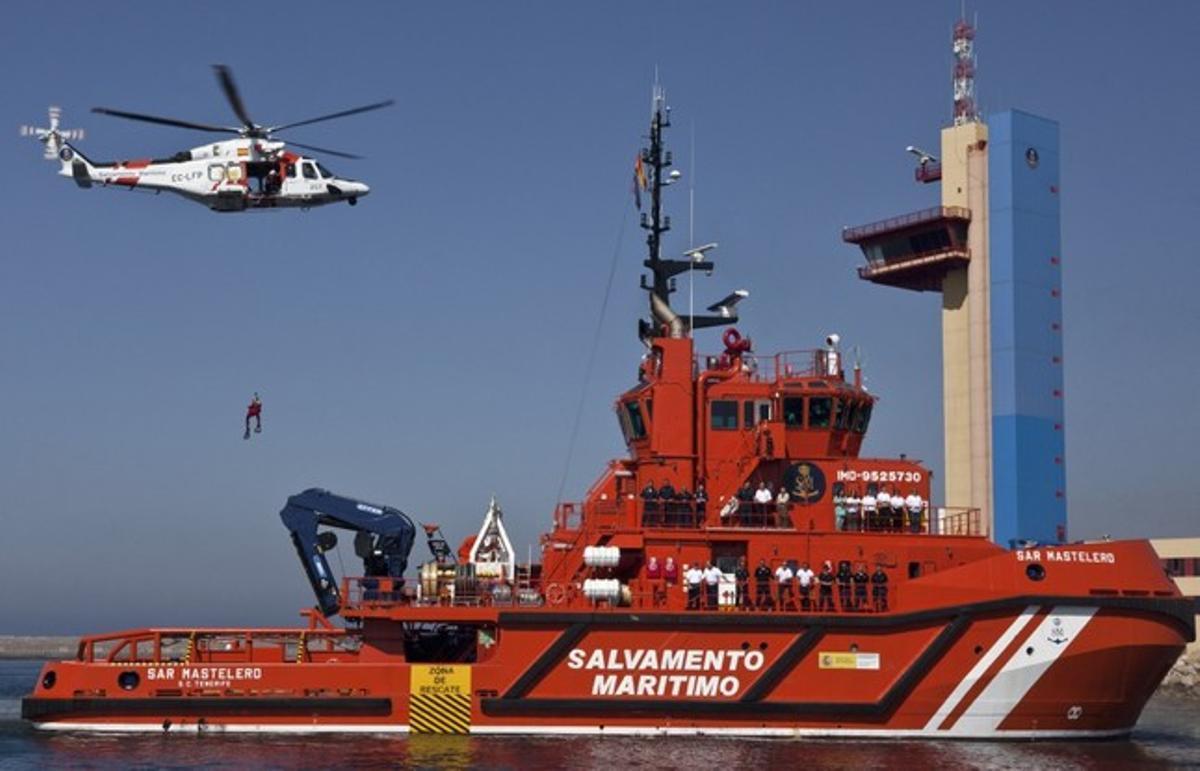 Personal de Salvamento, en el buqueMastelero, junto al helicóptero y la torre de coordinación del puerto de Almería.
