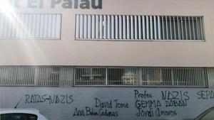 Pintadas en la fachada del edidicio del IES El Palau de Sant Andreu de la Barca (Barcelona).