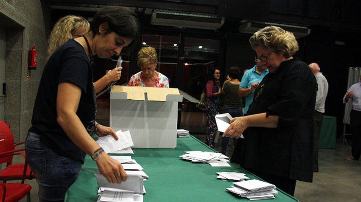Vecinos de Bellaterra votan en la consulta sobre la independencia de Cerdanyola del Vallès.