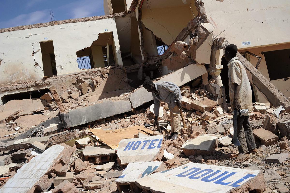 Unos niños en las ruinas del Hotel donde se celebró la boda.