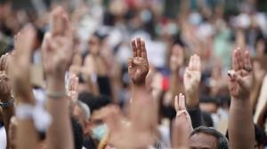 Los manifestantes hacen el gesto de 'Los Juegos del Hambre'.