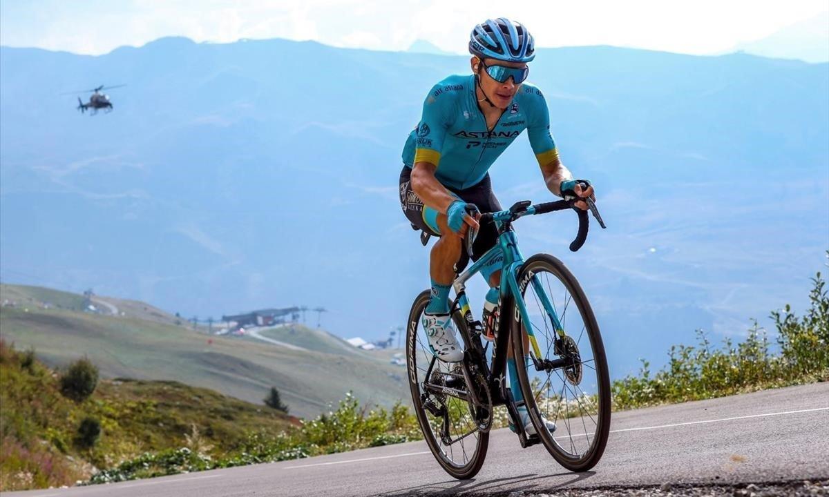 Miguel Ángel López, camino de la victoria en el Col de la Loze, en la etapa reina del Tour 2020.