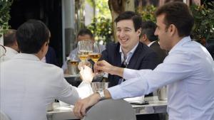 Apertura de terrazas en Madrid que hoy pasa a la fase 1 de la pandemia del covid-19 ,en la imagen unos amigos celebrando la primera cerveza tras meses de confinamiento.