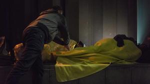Julio y Orazio de la entidad ActuaVallès hacen una ruta nocturna visitando a las personas sin techo de Sabadell en una imagen de archivo.