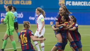 Las jugadoras del Barça felicitan a Martens tras uno de sus dos goles al Paris SG.