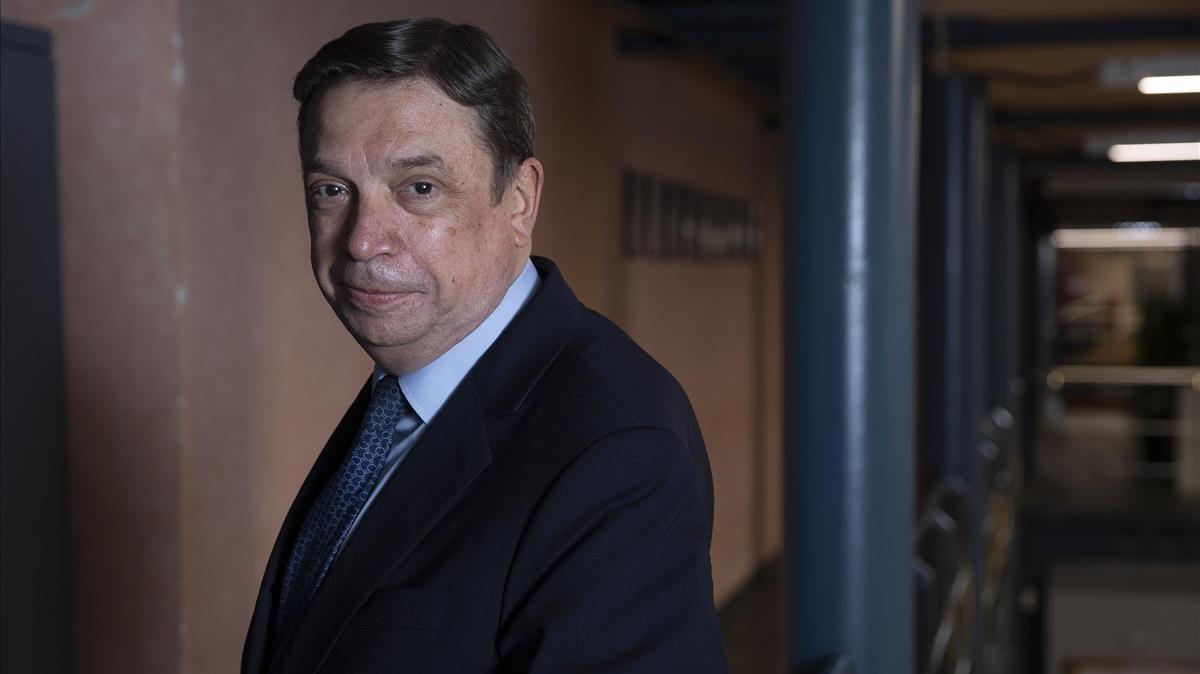 Luis Planas antes de la entrevista en las instalaciones de EL PERIÓDICO