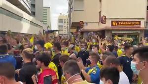Aficionados del Cádiz a la puerta del estadio
