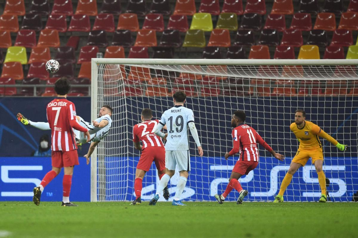 El atacante del Chelsea Giroud remata de chilena para marcar ante el Atlético.