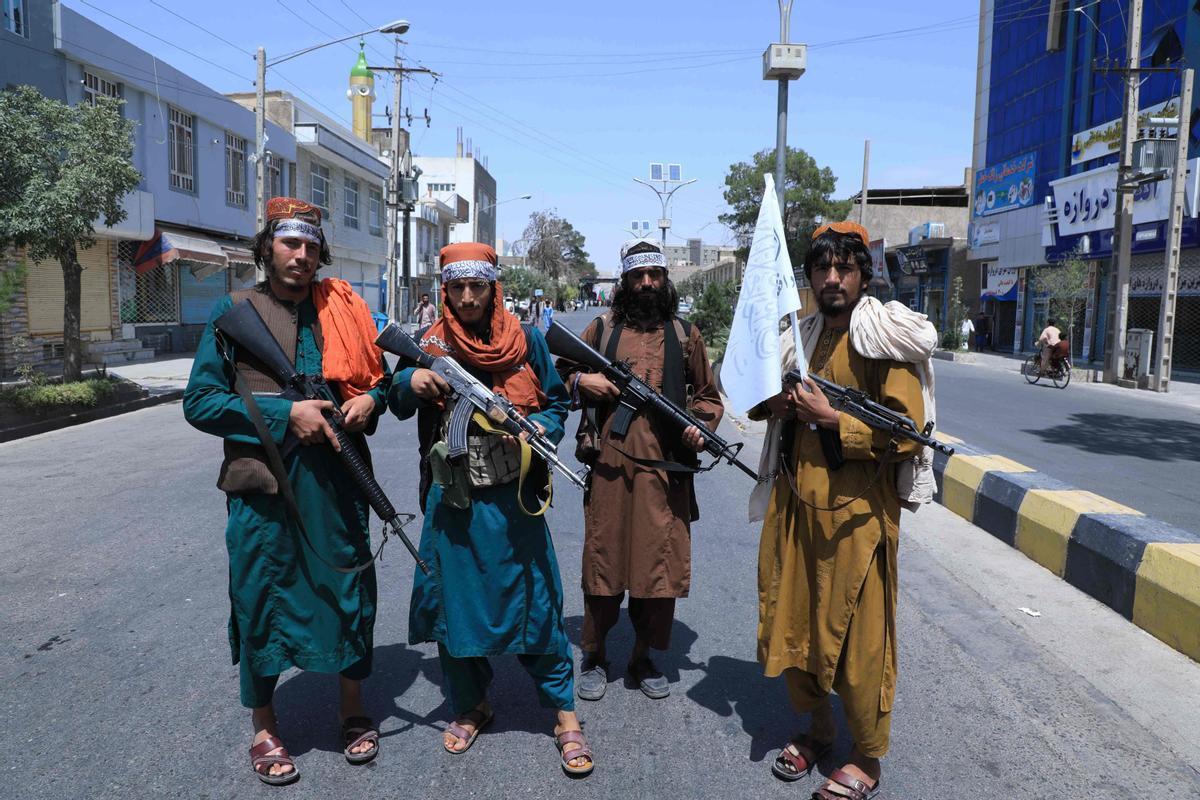 Combatientes talibanes patrullan en una calle de Herat, el pasado 19 de agosto.