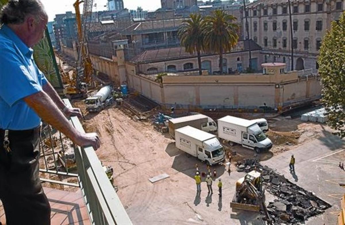 Cruce Provença-Entença, junto a la Modelo, cerrado por las obras del pozo de la tuneladora del AVE, ayer.