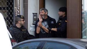 La Guardia Civil acompaña a uno de los CDR detenidos el 23 de septiembre del 2019.