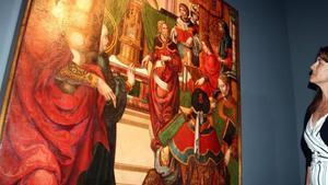 La 'consellera' de Cultura Laura Borràs observa la tabla 'Jesús entre els doctors de la llei', en el Musue de Lleida.