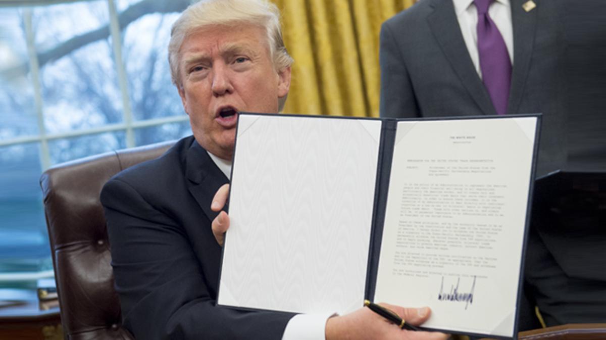 Trump firma la retirada de EE.UU en el tratado de libre comercio transpacífico (TPP).