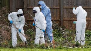 Unos agentes de policía rastrean la zona dónde ha aparecido el cuerpo de Sarah Everard.