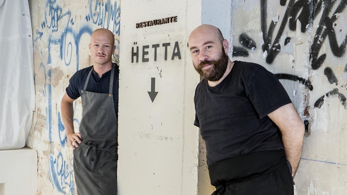 Olof Johansson y Alberto Sambinelli y la flecha que señala el camino de Hetta.
