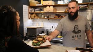 En Rooftop Smoke House Bar podrás degustar una verdadera delicia: su famoso bocadillo de pastrami ahumado, pepinillos, mantequilla, queso suizo y mostaza de cerveza.
