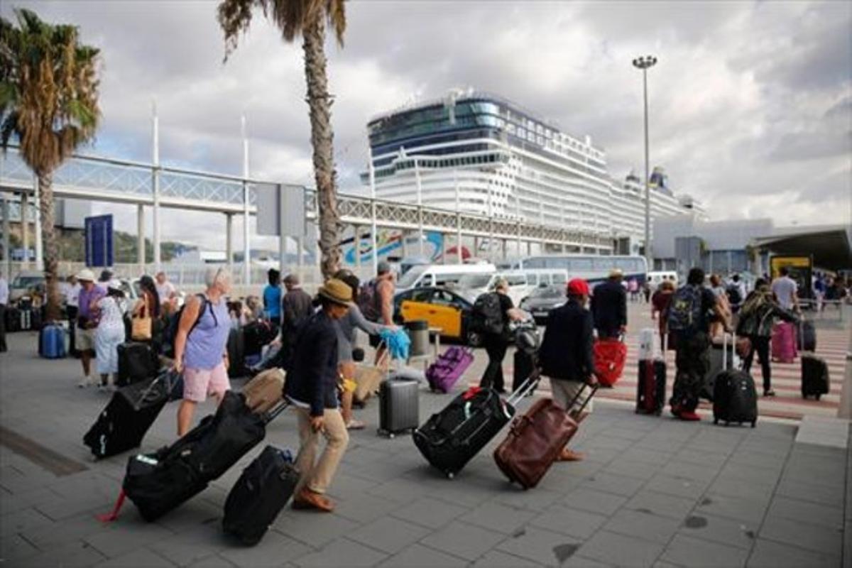 Pasajeros del 'Allure' van a la parada de taxis al término del crucero, un domingo.