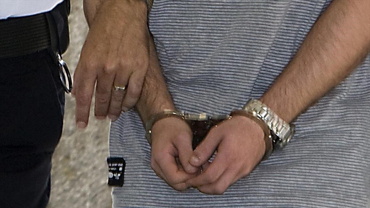 Un hombre detenido por la Policía Nacional, en una imagen de archivo.
