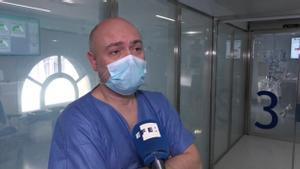 En las UCI de los hospitales se están juntado pacientes covid de la segunda y la tercera ola. Así lo explica el jefe de sección del Área de Vigilancia Intensiva del Hospital Clínic de Barcelona, Pedro Castro Rebollo.
