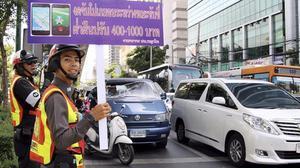 Un policía de Bangkok esgrime una pancarta en la que se advierte a los conductores que no se debe jugar a Pokémon Go mientras se está al volante.