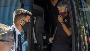 Setién, descendiendo del autobús del Barça a su llegada a Lisboa.