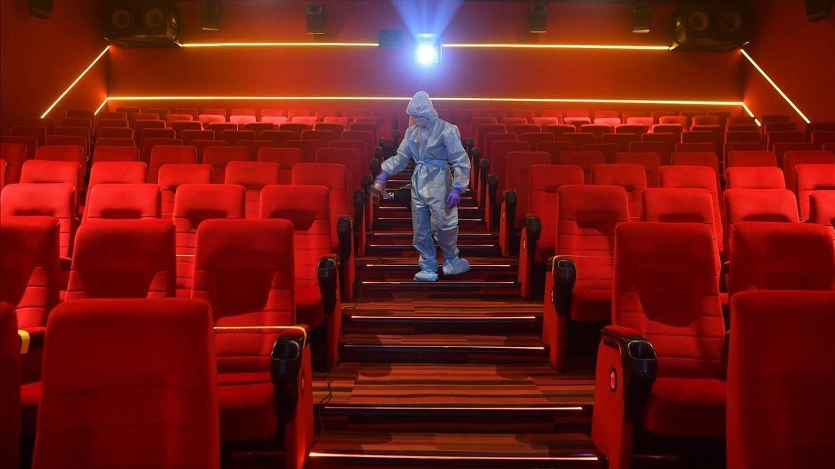 Un operario desinfecta un cine de Bombay, este mes.