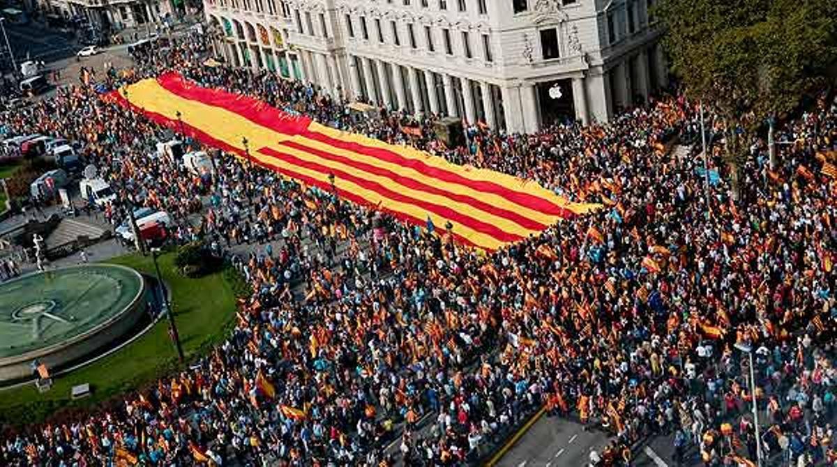 Ambiente festivo durante la celebración del 12 de octubre en la plaza de Catalunya de Barcelona.