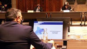 El 'conseller' Sàmper, de espaldas, frente a Batlle y Colau, durante la reunión de la Junta de seguridad de Barcelona, este miércoles.