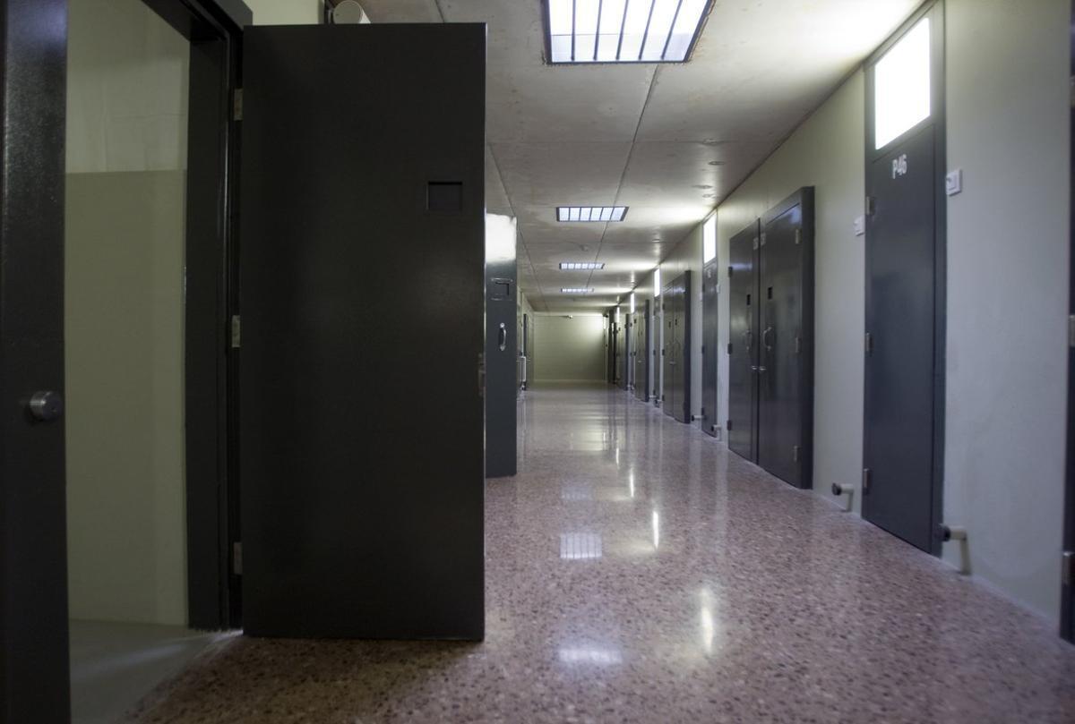 Vista de un pasillo de la cárcel de Lledoners desde una celda.