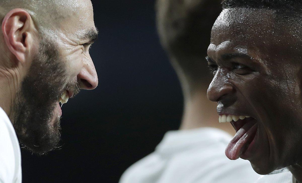 Vinicius (d) celebra un gol junto a Benzema en el último partido del Madrid.