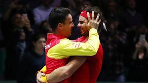 Nadal y Bautista se funden en un abrazo tras conquistar la Copa Davis.