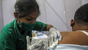 Una enfermera pone una dosis de la vacuna en Mumbai.