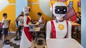 Los dos androides llamados Mulán, sirviendo mesas en el restaurante Crensa de Valencia.
