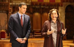 El presidente Pedro Sánchez y la alcaldesa de Barcelona, Ada Colau, tras unencuentro en el Ayuntamiento el 7 de febreo.