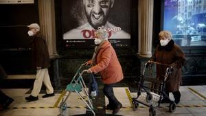 Ancianos visitan el teatro después de vacunarse contra el covid-19. FOTO: JOSÉ LUIS ROCA