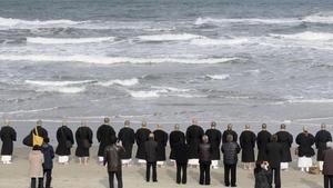Monjes budistas y familiares de las víctimas de Fukushima recuerdan a los fallecidos en el quinto aniversario del desastre nuclear, en el 2016.