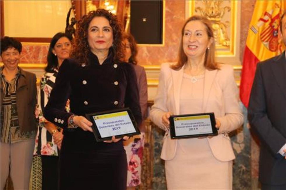 María Jesús Montero y Ana Pastor con los presupuestos de 2019.