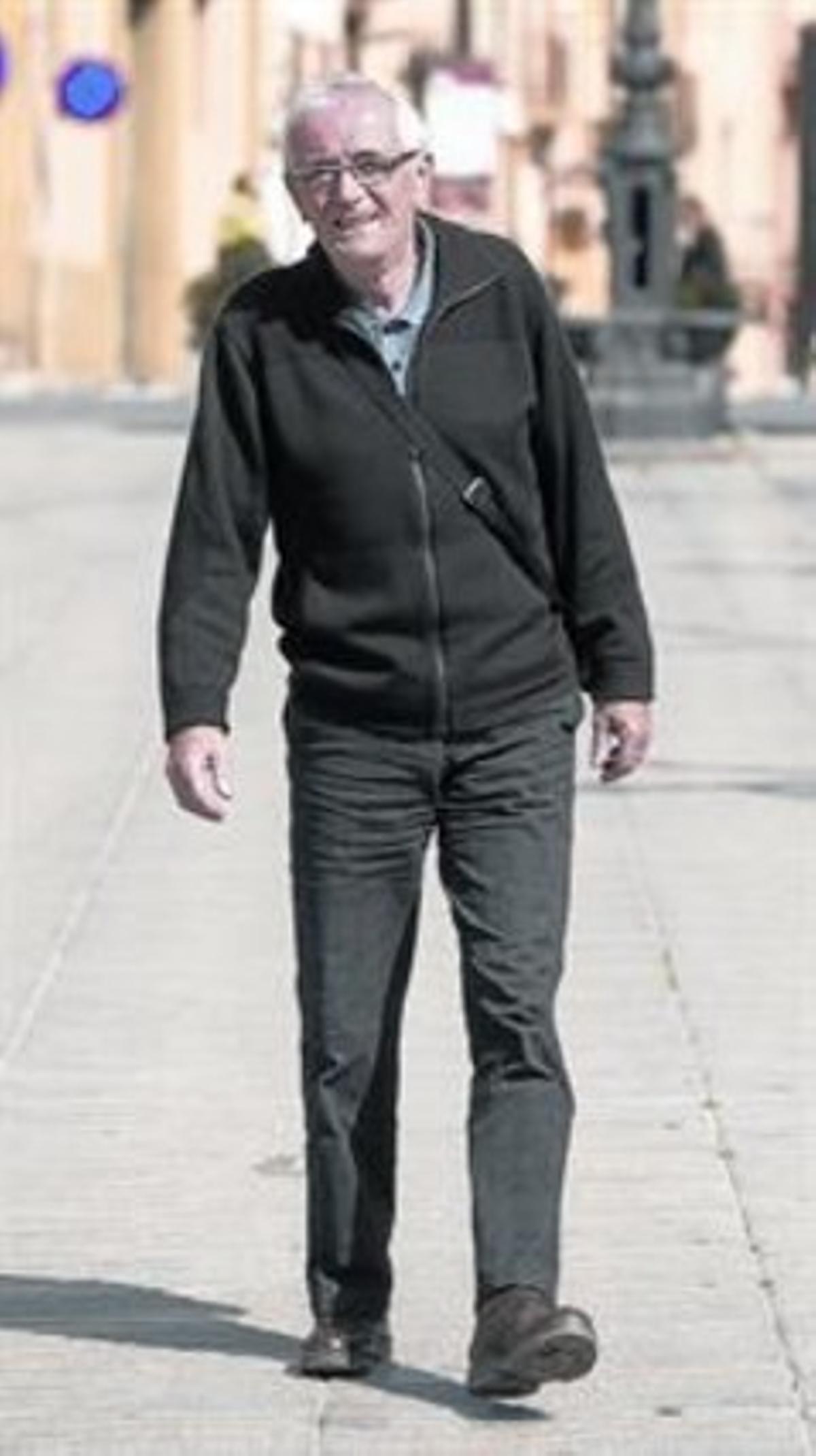 Cojera. Fermín Royano pasea por Valls.