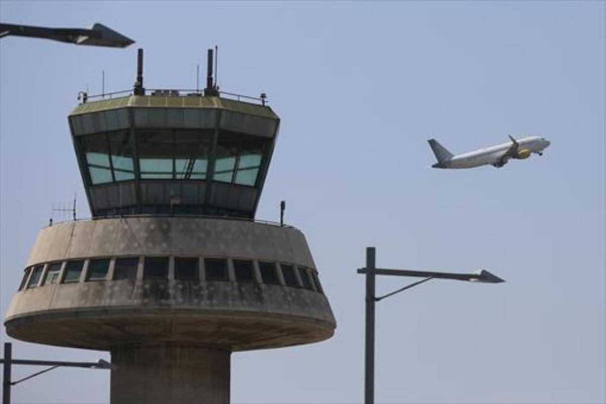 Un aviódespega del aeroportde Barcelona.