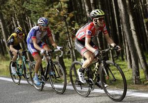 Simon Yates, seguido de Thibaut Pinot y Steven Kruijkwijik, en la etapa andorrana que subió a La Rabassa, en 2018.